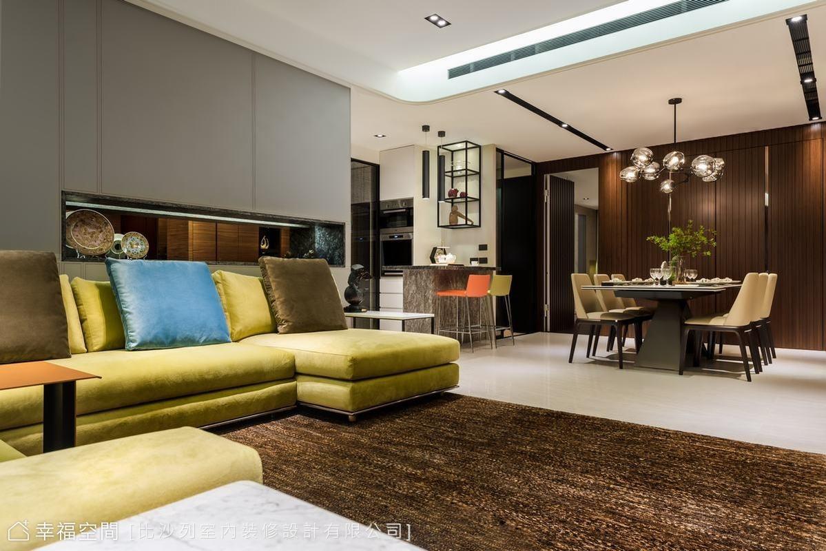 在質感與清潔保養上斟酌後,比沙列設計採用觸感佳、質料好、易清潔的皮革車線在沙發背牆上做出比例分割,局部的石材展示洞與客廳區相呼應,材質一路延伸至廊道立面。