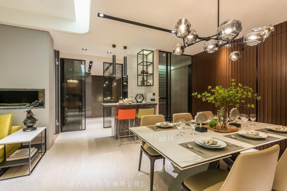 純白的石材選色讓調和了木質立面的深度,營造出人文質感的餐廳空間;後方的吧台與玻璃隔間的健身區塊,是減去一房格局後,回應屋主期待的新生活機能。