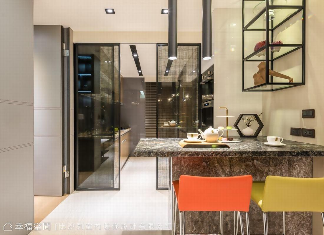 吧台的金色山脈石材經過特殊表面處理,在石材的紋理間可隱約看出閃爍的金粉,與客廳電視牆部分石材相呼應;廚房空間則以夾紗玻璃拉門劃出獨立區塊。