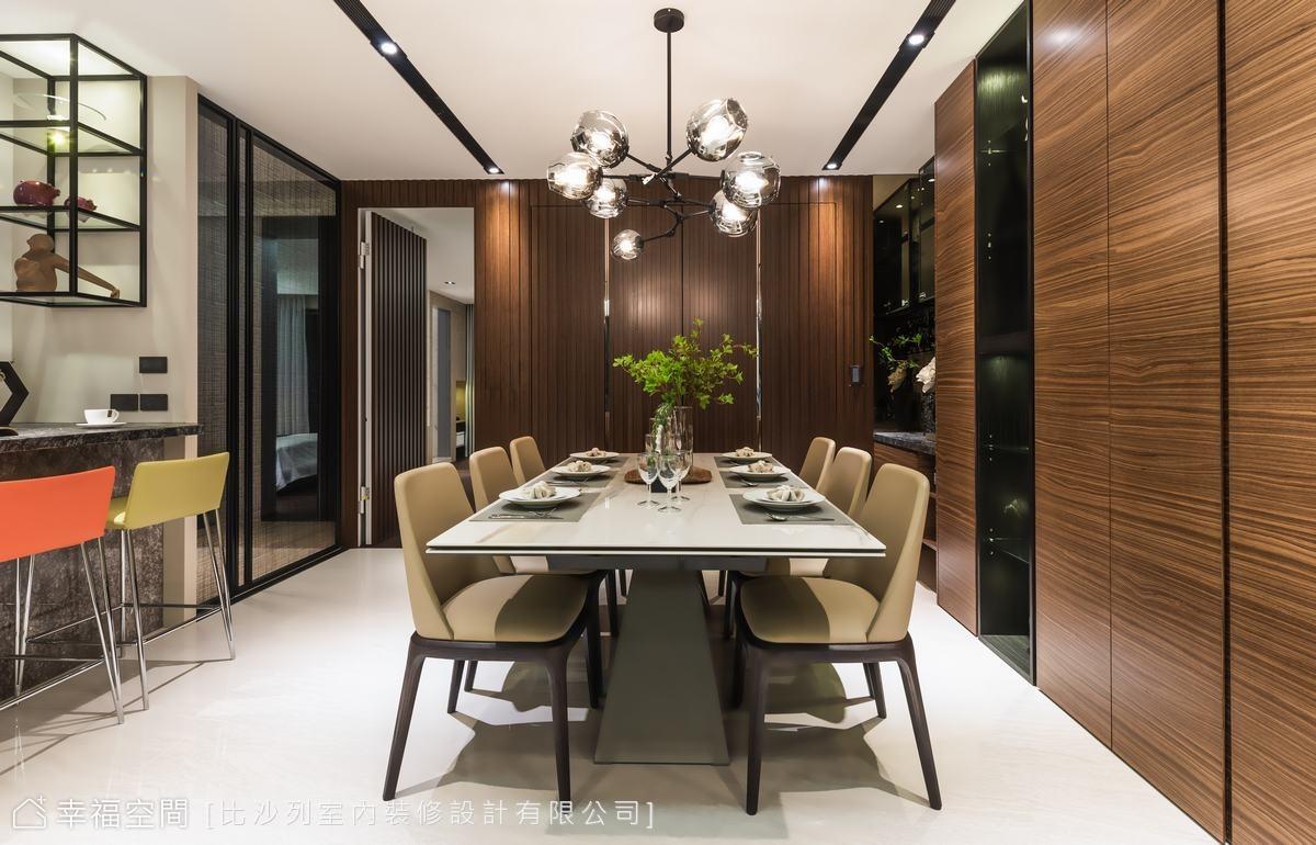 與客廳採光相對的最深處,高質感的深色木皮,以格柵造型處理,深沈的選色成為空間沈穩寧靜的基調,同時隱藏了通往主臥的動線與收納櫃體。