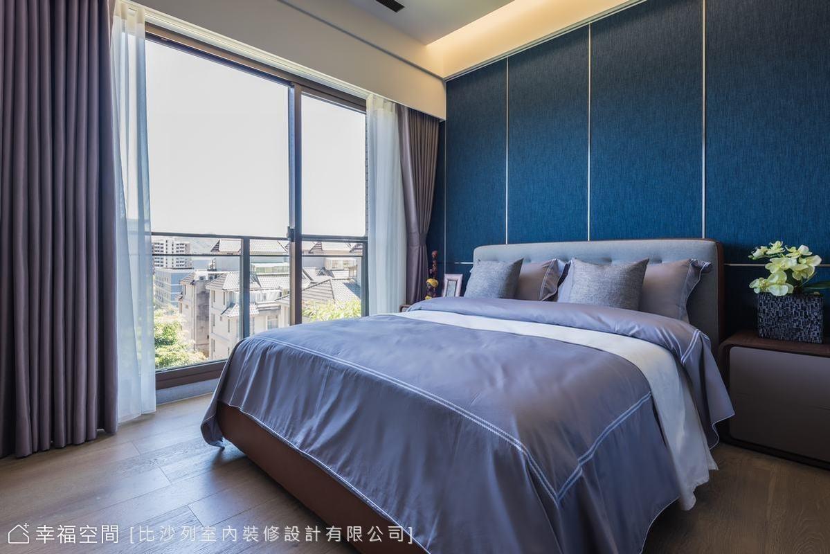 寶藍色調為次臥高貴優雅的基調,能夠眺望市景的套房規劃,成為親友暫居的最佳休憩之處。