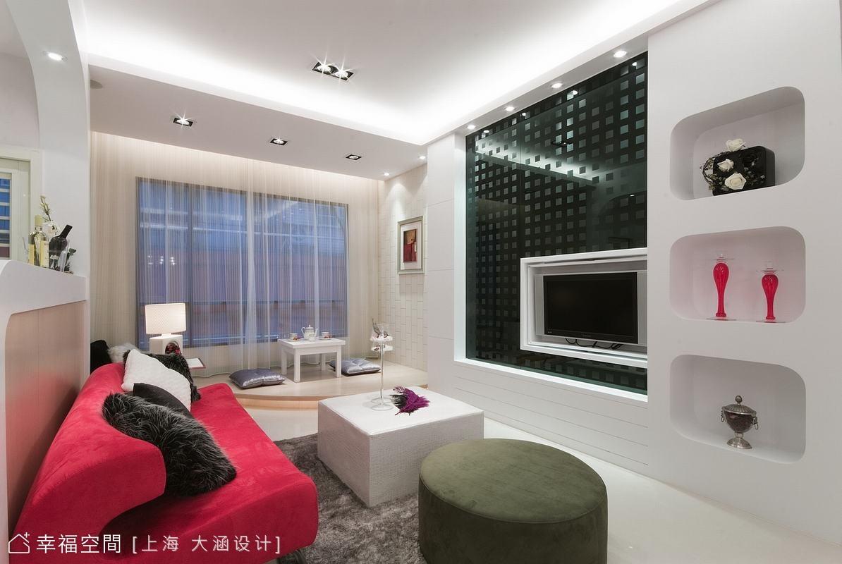 客廳的電視主牆以黑色玻璃配上圓點造型成功吸睛,一旁櫃體以扁方的置物空間再次詮釋普普風。