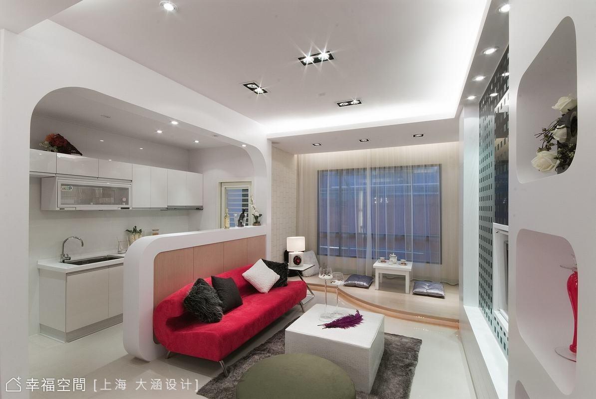 因為坪數不大,所以希望在色彩及格局上營造出放大空間的效果,比沙列室內設計張靜峰總監以普普風為主題,再用黑、白、紅的配色點綴出年輕時尚感,呈現都會女性夢想的居家空間。