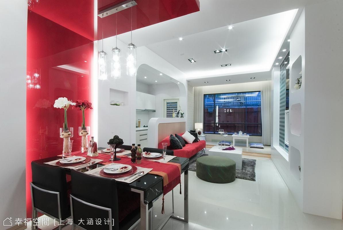 廚房採打通方式並以矮櫃作出廚房和客廳間的區隔,視覺有延續和穿透感,短櫃亦能作為展示台及備餐功能。