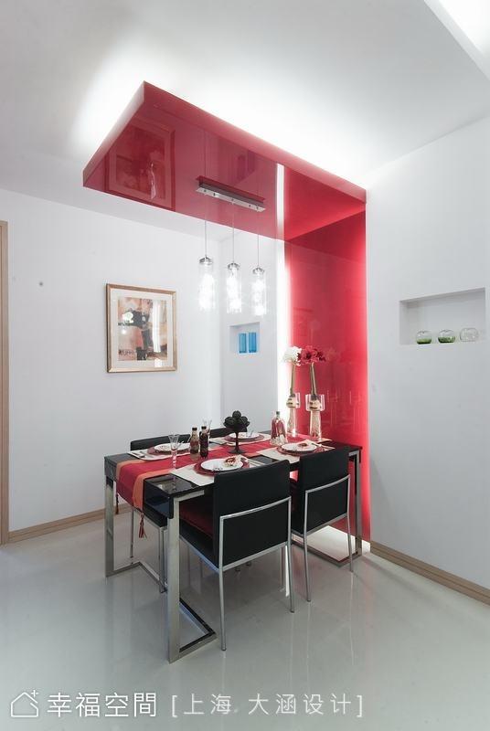 餐廳一氣呵成的紅色烤漆玻璃,從牆面一直延伸至天花板,讓用餐區更完整又有型,紅色的跳色和沙發相互呼應,整體公共空間普普風語彙貫穿全局。