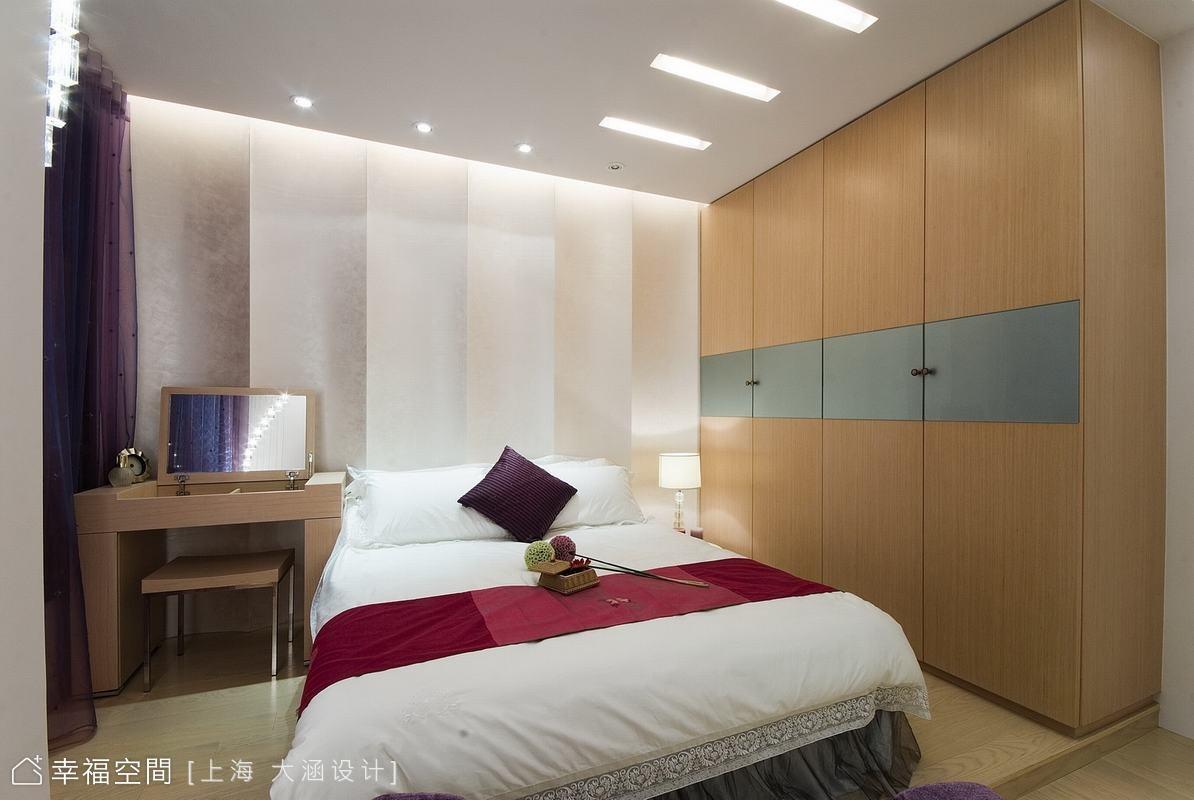 主臥室(1) 主臥室以紫色調性表現出浪漫華麗的質感,床頭先用木作作出波浪造型面板,再以白色油漆噴烤,牆面變得特別搶眼。