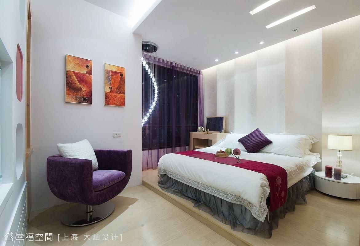 搭配浪漫的紫色窗紗和單椅,強調出女性時尚感;架高的地板區隔出睡眠區及起居空間,動線順暢。