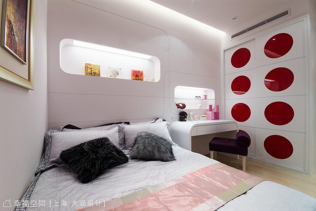次臥收納櫃面同樣以紅色圓圈造型突顯出普普風的主題,亮麗的顏色讓空間活潑年輕了起來。