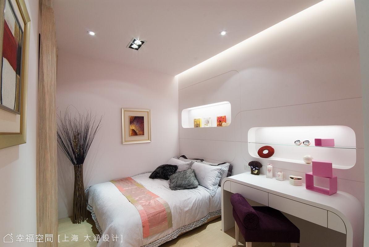 牆面以空出扁方的置物空間,在燈光照射上更顯擺飾的珍貴感。