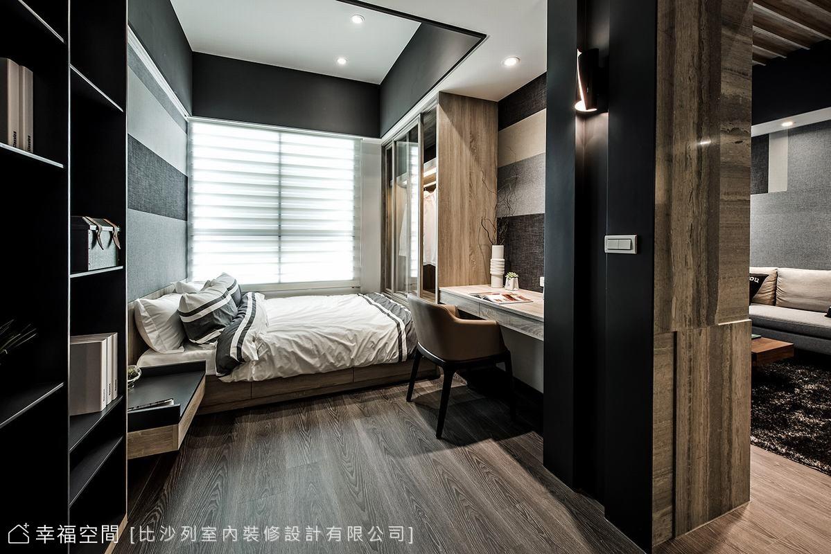 客廳展示櫃與臥房內的收納櫃共構,以機能取代實體隔間的手法,藝術總監張靜峰為三房格局爭取更寬裕的機能運用。