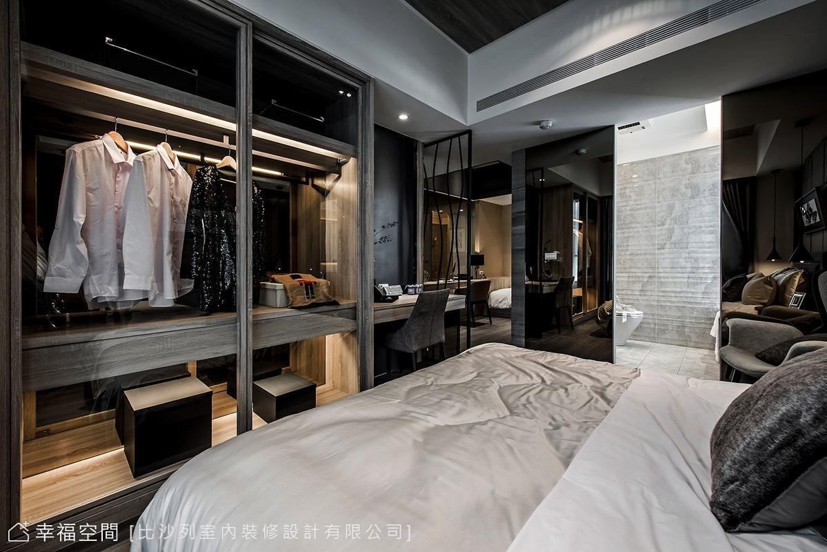同樣考慮機能帶來的壓迫感受,玻璃衣櫃、纖細鐵件隔屏,以及黑鏡修飾主臥衛浴入口,透過材質的特性,反射、延伸出更寬裕的空間表情。