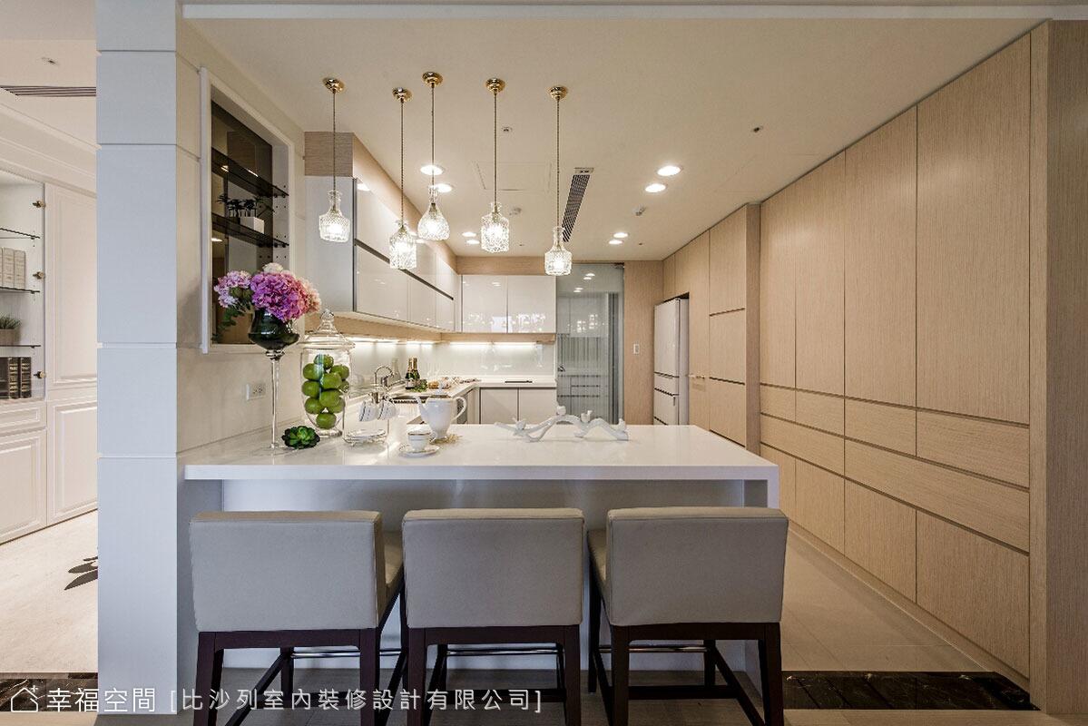 張靜峰設計總監安排開放式吧檯,做為簡單用餐的機能配備;後方的玻璃拉門,將熱炒與輕食區劃分,避免料理時的油煙散逸。