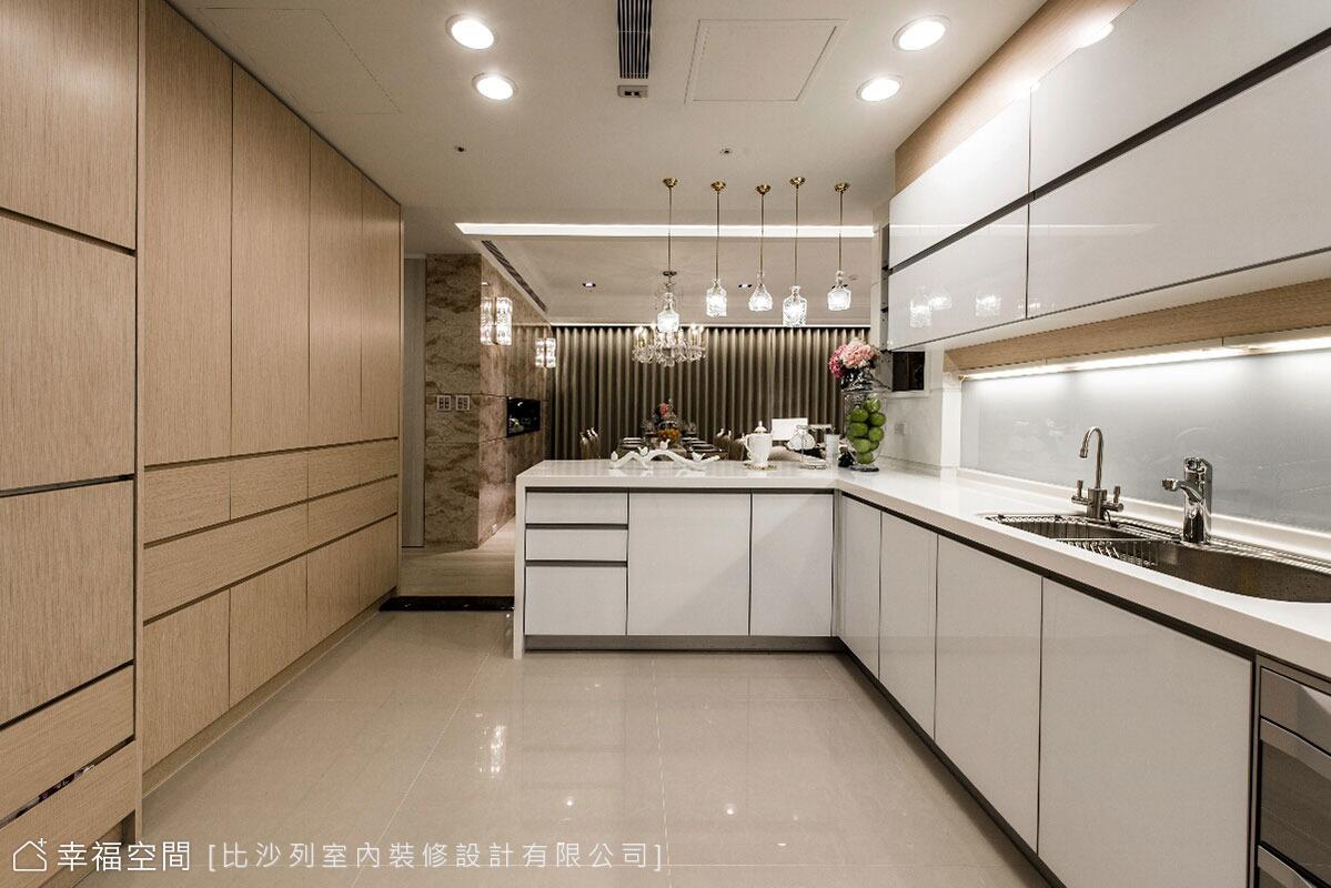 藉由櫃體的木質暖色與廚具的純白淨透,在色調上呈現輕盈質感。