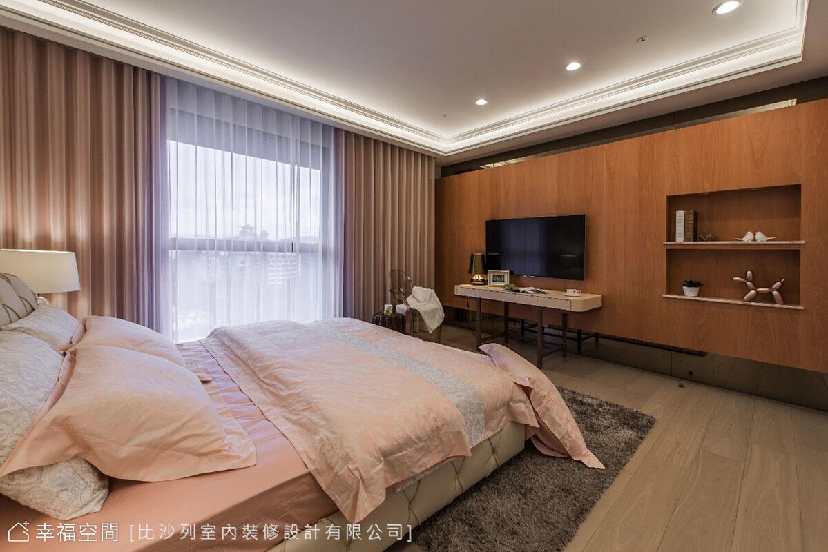 電視牆選以色系較深的木皮貼飾,在淺色地坪的溫潤中,豐富空間的層次表情。