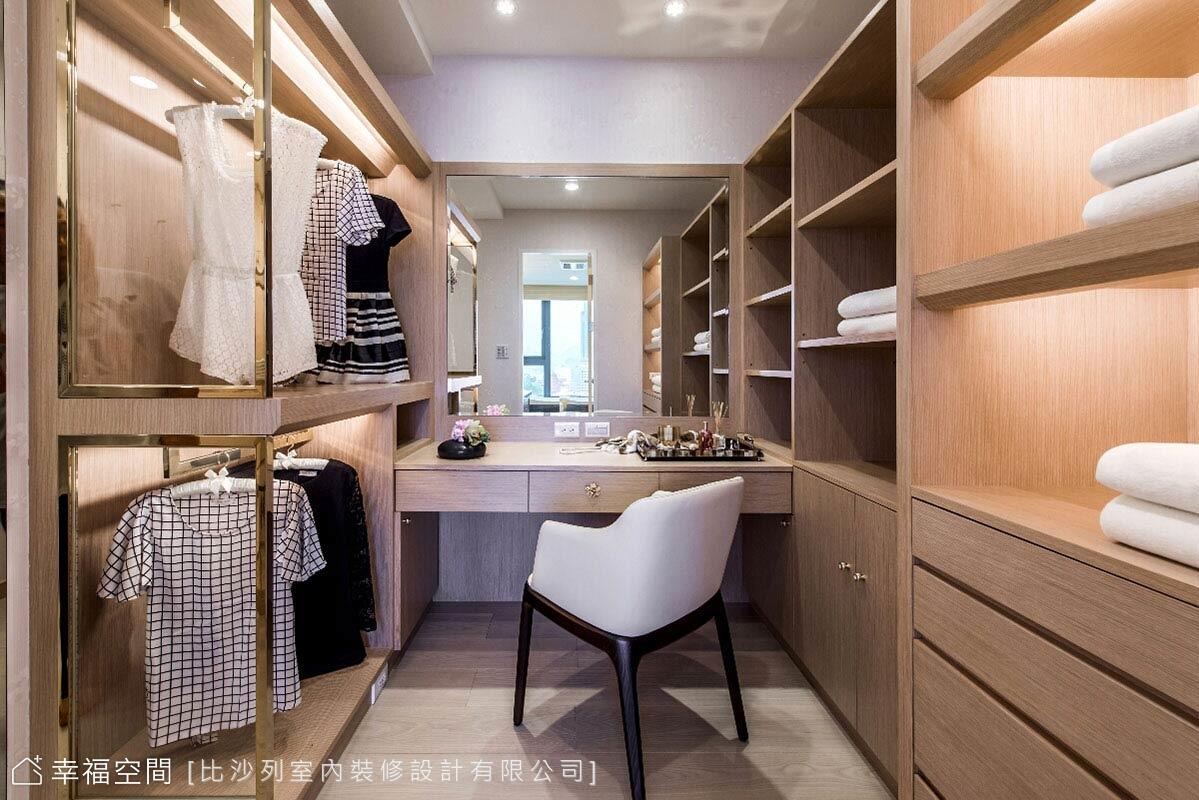 木質為底的更衣空間,以開放式層板方便拿取衣物;並透過玻璃與金屬線條框構,表現了現代的時尚品味。