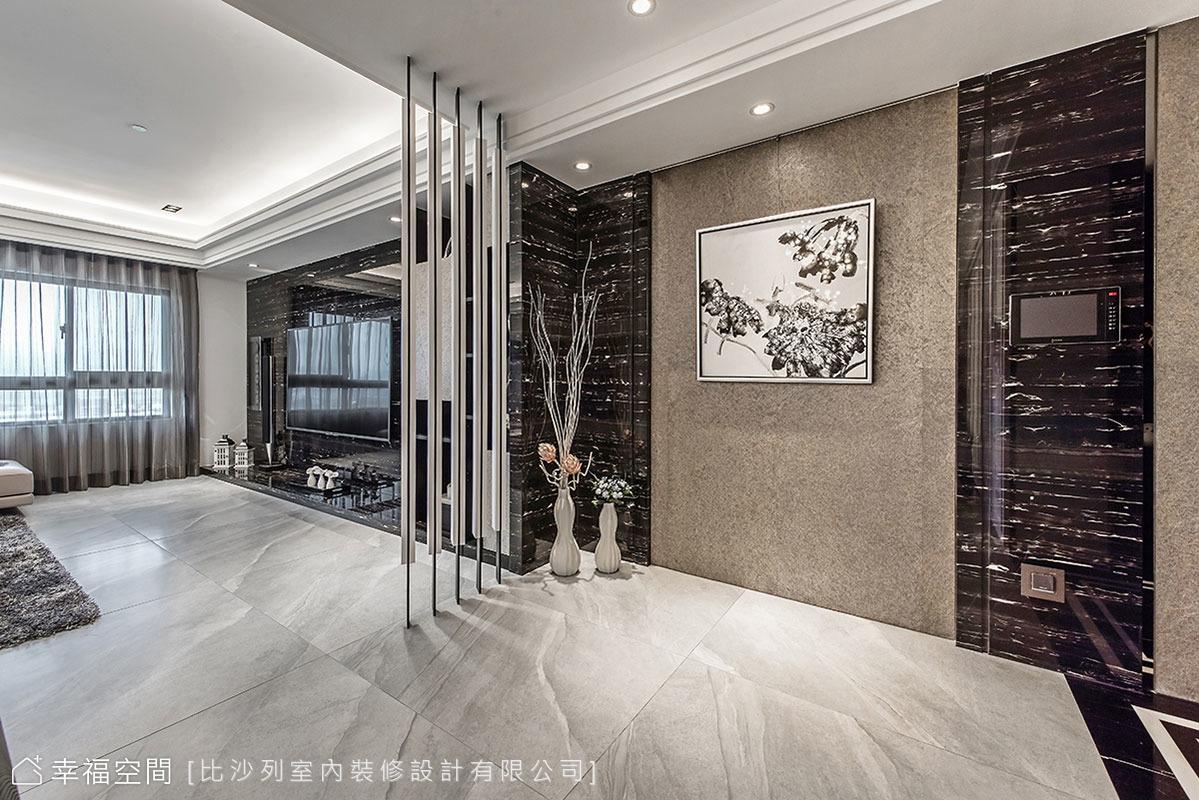 以穿透的線性屏風界定客廳位置,讓動線循序漸進且段落分明,創造出玄關入內後的寬敞過渡區。
