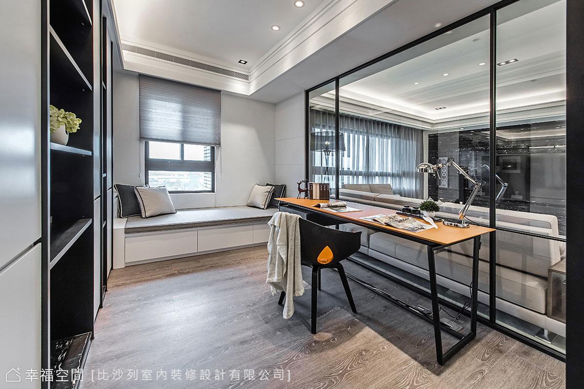 穿透的書房隔間拉近家人距離,張靜峰藝術總監於臨窗處安排臥榻,讓屋主在此閱讀、休憩都愜意。