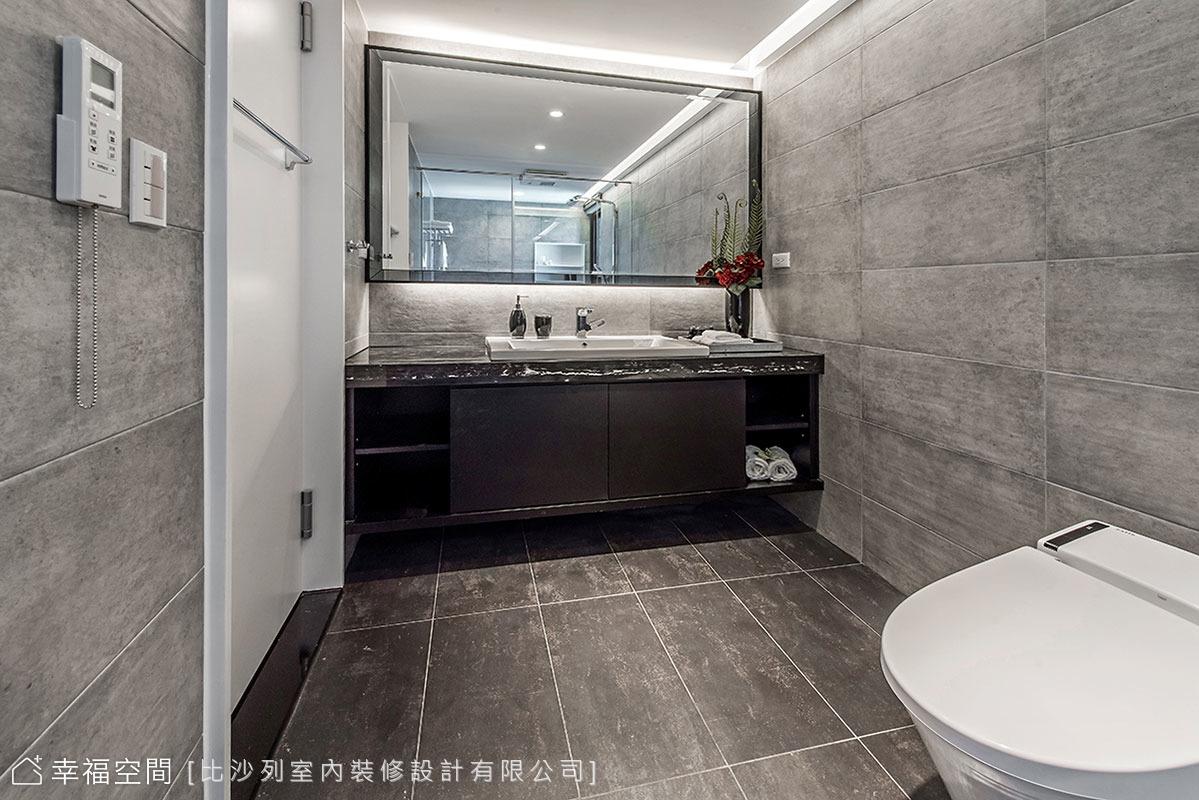 以灰色岩片鋪敘質感,長形格局則讓各機能獨立分布,打造宛如飯店的衛浴空間。