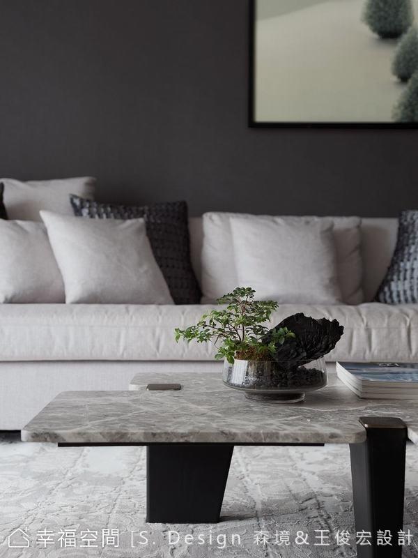 無色彩的素淨立面彷若一層打底後的畫布,能為空間所置入的量體和物件提供一個謐靜的襯底情境。