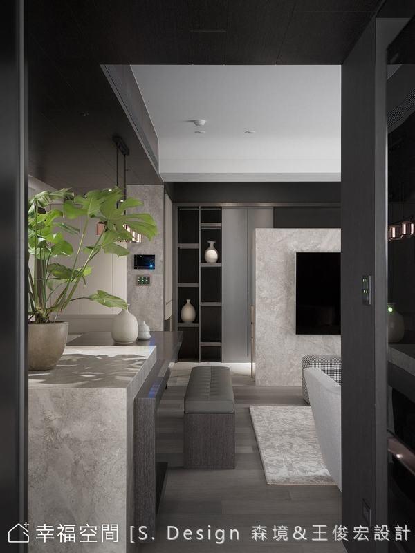 由廚房朝玄關旁的多功能室迎顧,無隔的通透空間處理,讓目光自然穿透,高低錯落的格狀櫃成為雅致端景。