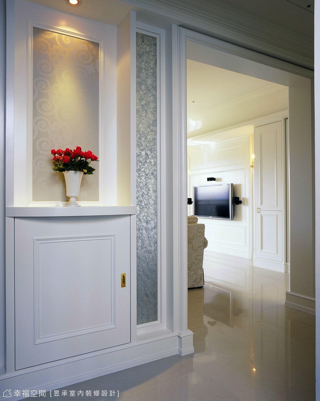 走入空間刻意做出的玄關,以銀紗夾紗玻璃對稱性的框定展現端景優雅,提點出大戶人家氣勢。