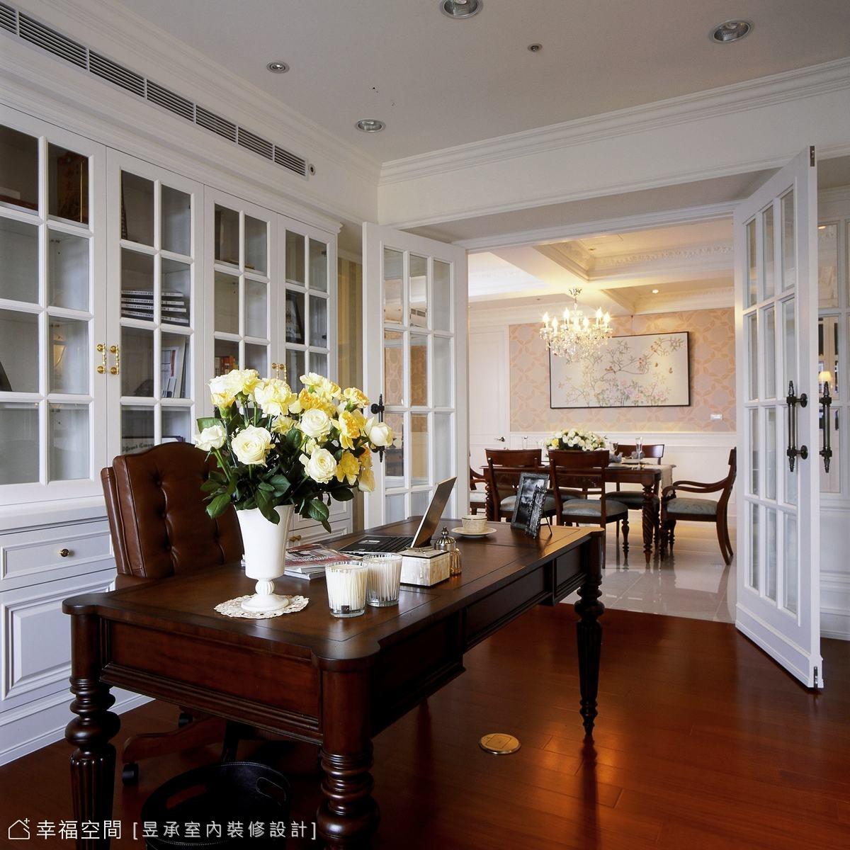 同樣的乾淨基底表現,書房內設計師洪華山細心以桶深變化,作出了機能性收納運用。