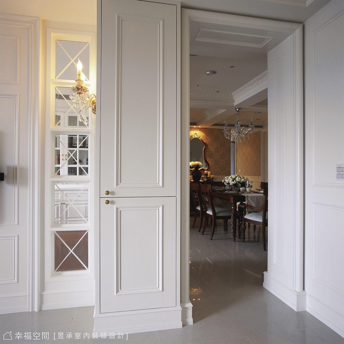空間的銜接與轉換,深長型動線裡雙面櫃體為隔間,應用出鞋櫃與餐櫥櫃體的功能變化。