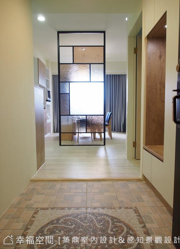 侯武德設計師於規劃了一個落塵區,並運用了馬賽克拼花的地磚,打造迎賓氛圍,進到餐廳前則設置一個隔屏,並選擇不同種類與顏色的玻璃增添設計感。