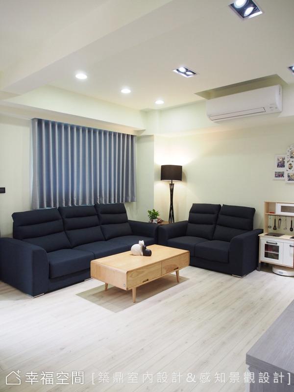 設計是以舒適、實用為出發點,客廳選擇溫暖的木質元素為傢俬,以人最原始基本的感官舒適為主要,提供給屋主最佳的居住空間。