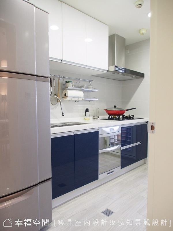 廚房設計以不改變原始的配置下,利用設計手法增加空間層次感和變化。所以將廚櫃配色刻意跳不同的對比色,加上屋主特別喜歡的拼花壁磚,增加整體的豐富度。