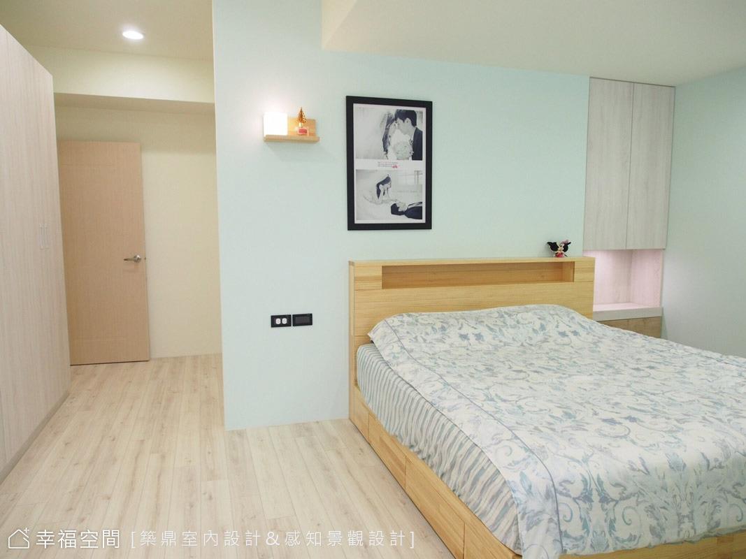 睡眠區用的都是粉色系,營造一種很寧靜、很輕鬆的感覺,床頭右側則設有一個可以拉出的平台,可以當床頭桌,取放東西很方便,不用的時候就收起來。