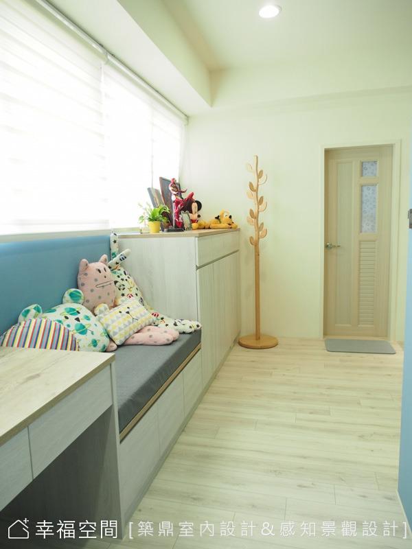 書桌的窗下規劃有一個小臥榻,可以做為座椅使用,右側則設置收納充足的櫃子。