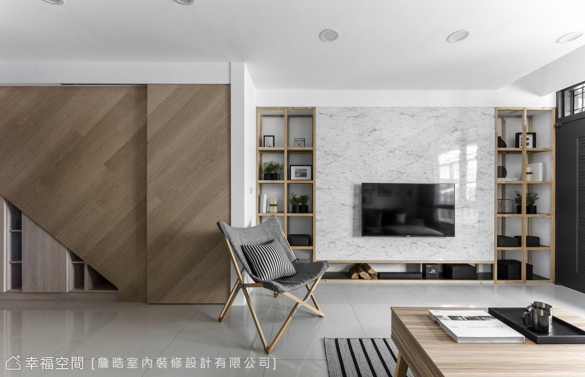 仿大理石材質的電視主牆與地坪拋光石英磚營造空間的現代氛圍,兩側對稱開放式原木展示層架與左側梯間木質立面,則為空間增添溫度。