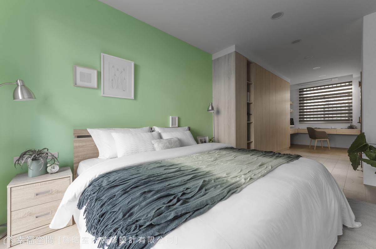 重新揉捏二樓空間,將兩間房改造成通透開放的主臥空間,兩側窗戶引入明亮天光。