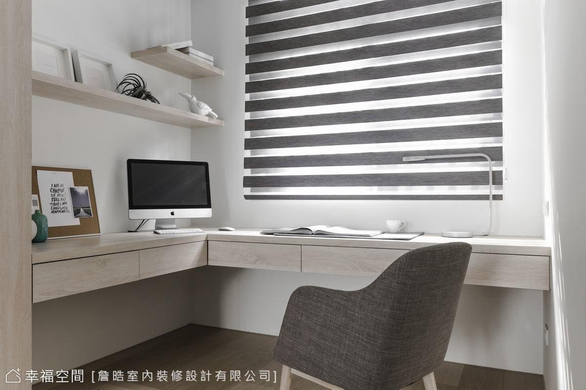 將主臥室的另一端規劃成閱讀辦公區,延伸左側木質櫃體的L型木頭桌面,臨著窗光書寫愜意。