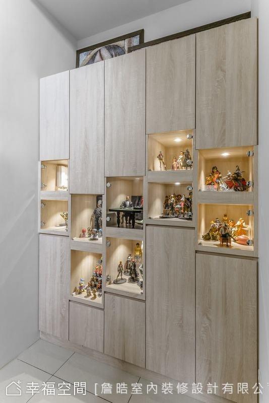 運用樓梯轉角空間規劃了展示收納櫃,展示男屋主的各式公仔收藏,是空間中的驚喜巧思。