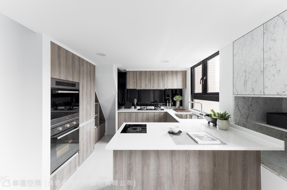 廚房格局方正,設備一應俱全,連樓梯角的畸零地,也妥善被收服成收納櫃,讓整體設計更具一致性。