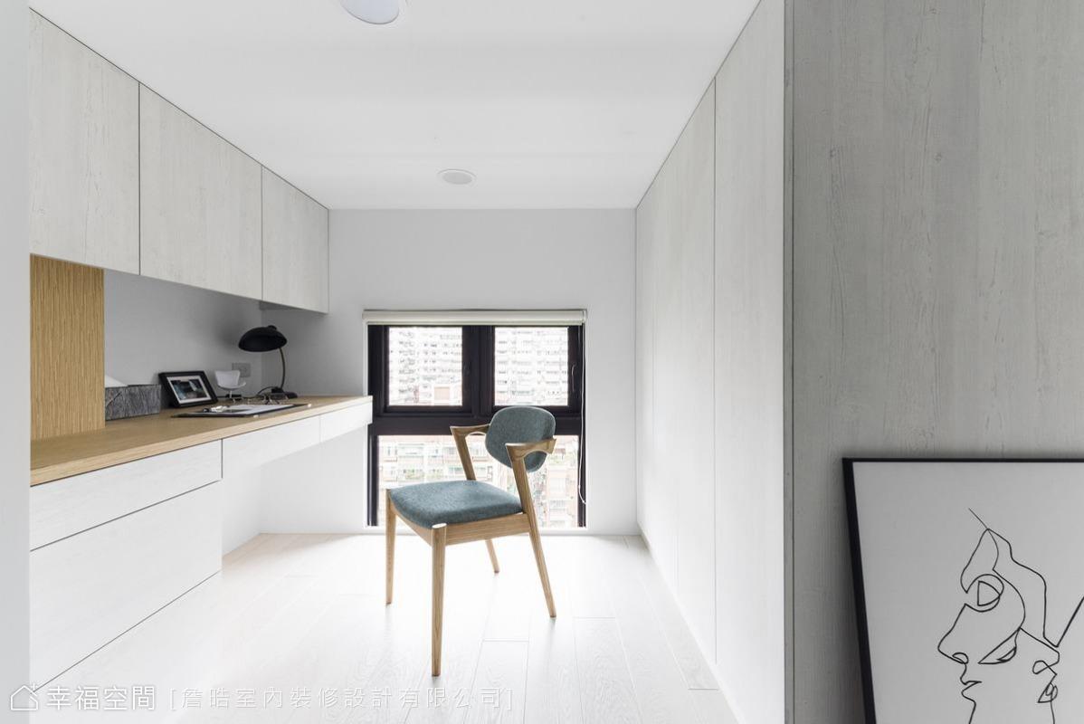 拾階而上,左手邊是採光明亮的書房,淺色系木皮與木作地板相呼應,降低夾層空間的壓迫感。