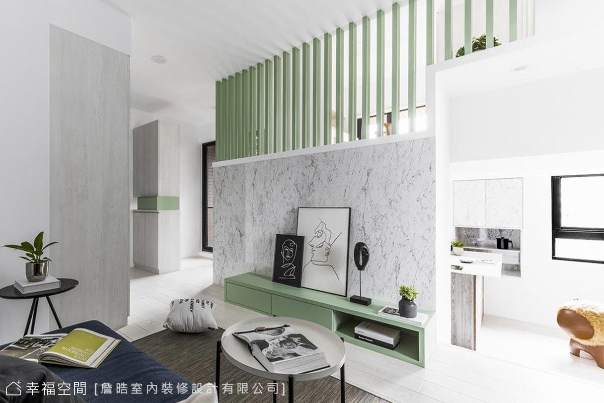 挑高的客廳加乘綠色格柵線條,空間更具通透感,又保有私領域的隱私性。
