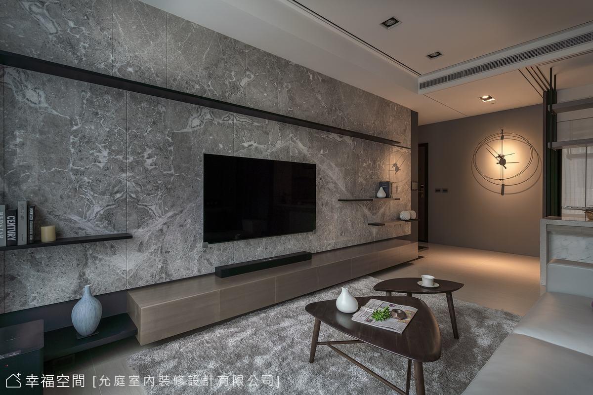 選用5米長的斯諾亞灰大理石鋪敘電視牆,並以倒角切割及長短不同尺度的置物層板,豐富電視牆的線條造型。