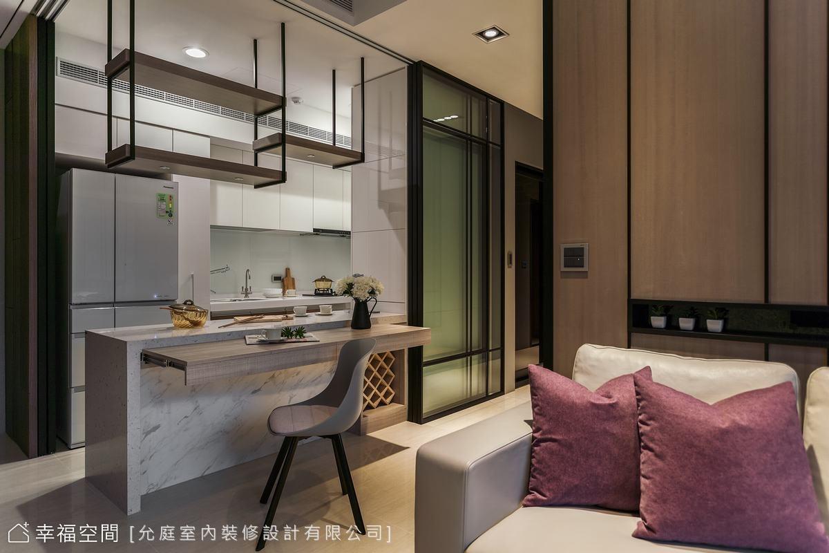 考量空間有限,中島吧台採雙面使用,提供大容量餐具收納及紅酒櫃的配置,此外還做了隱藏式餐桌板,賦予更多彈性使用機能。