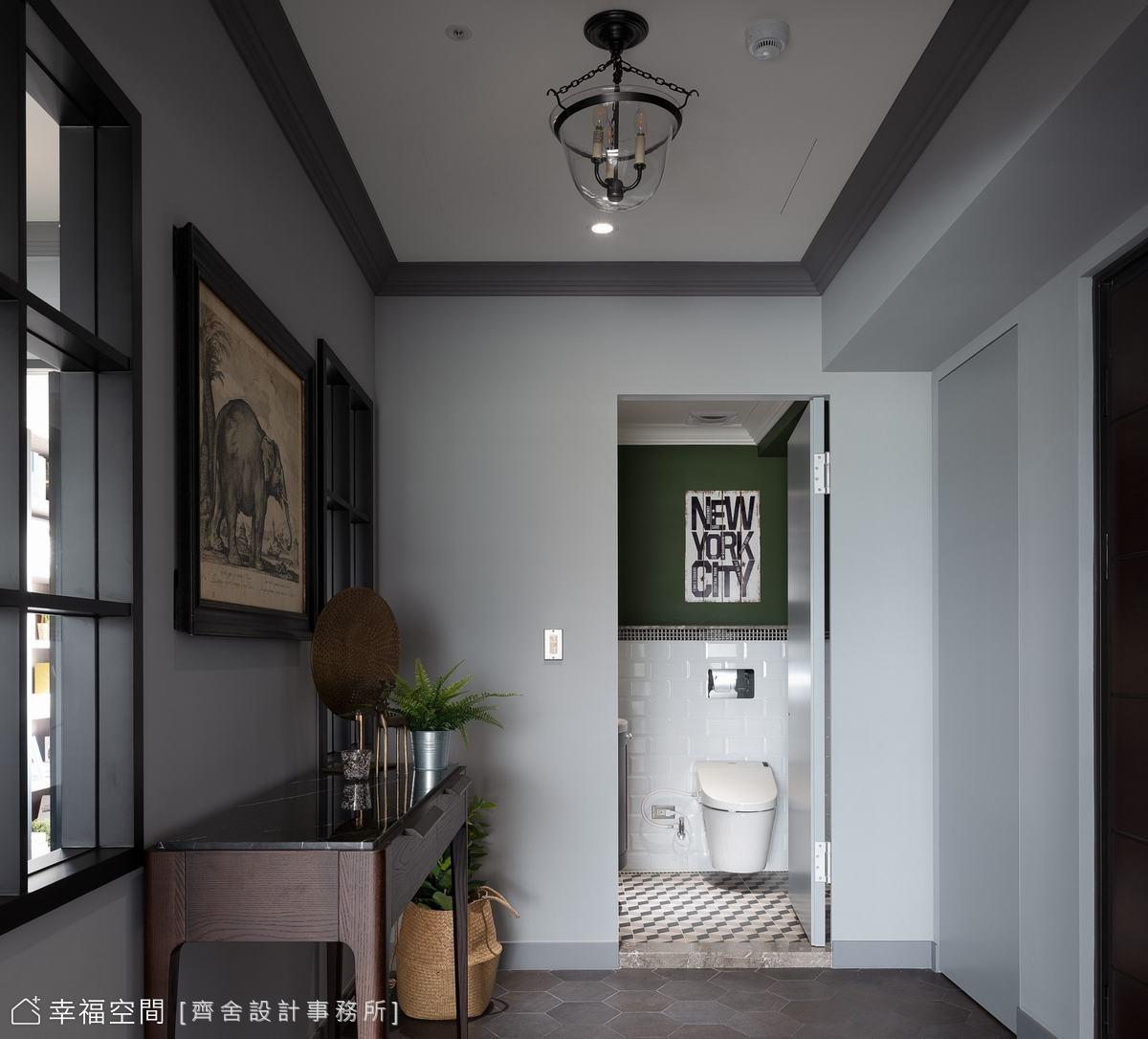 大尺度玄關空間,植入了客浴及儲藏室,廊道上還可透過窗戶窺見餐廳風情,作為進入室內時轉換心境的過場區域。
