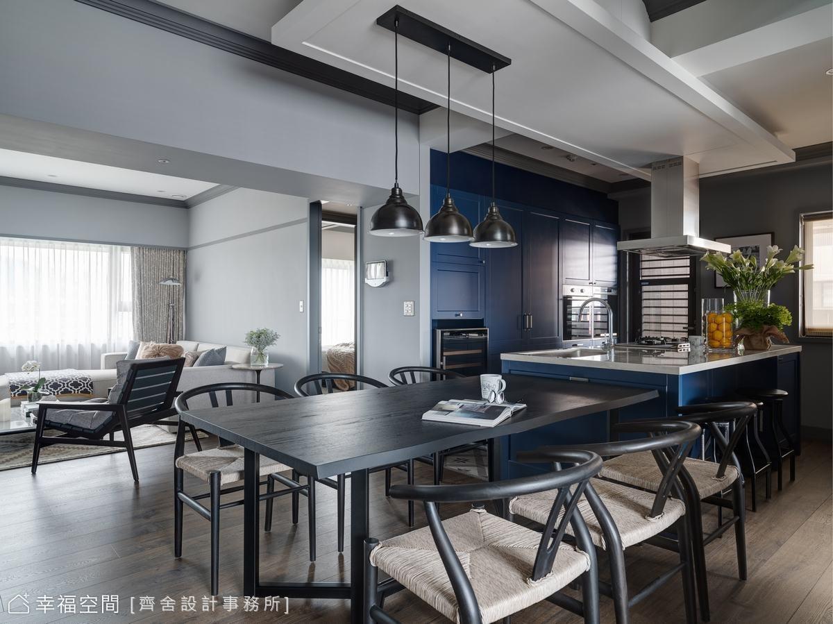 開放式廚房,抹上一整片嫣藍成為空間中奪目的焦點,流露出彷若小酒館般慵懶自在的藍調情懷。