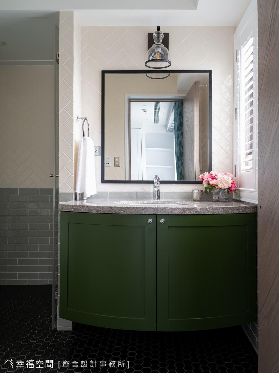 古典的洗手檯面,利用鐵件及復古壁燈,勾勒獨特的個性品味,下方收納櫃塗上綠色,豐富空間的層次變化。
